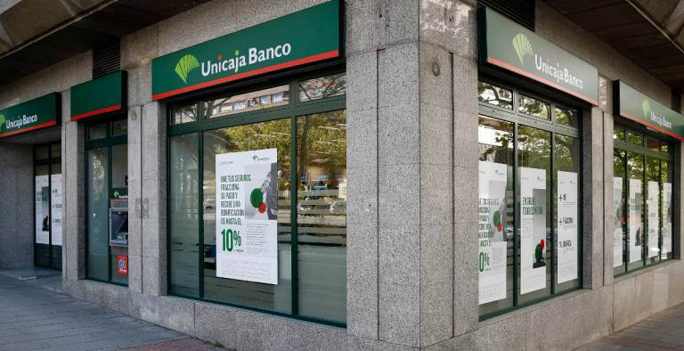 Unicaja brings forward again the payment of pensions and unemployment benefits